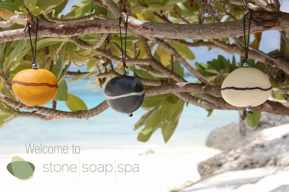Stone Soap Spa har såper med tråd som ein kan henge opp - virkar både som dekorasjon og som reingjering.